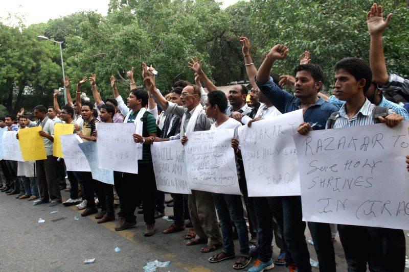 Shia Muslims demonstrate against massacre of Shias in Iraq in New Delhi on June 18, 2014.