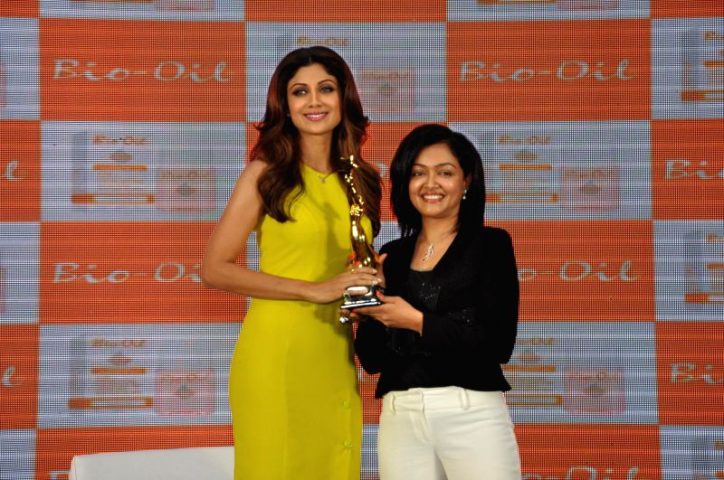 Shilpa Shetty accepting the Bio Oil Yummy Mummy award from cosmetic physician Dr. Rashmi Shetty during the launch of The Yummy Mummy Calender in Mumbai on May 8, 2014. - Rashmi Shetty
