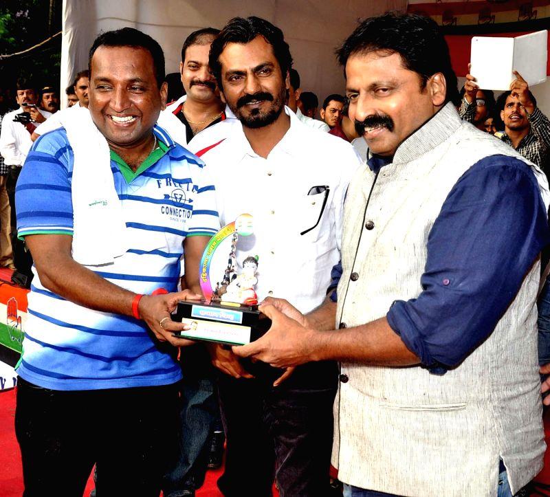 Shiva, Nawazuddin Siddiqui & Cheetah Yajnesh during Dahi Handi festival at Politician Sanjay Nirupam`s Dahi Handi in Mumbai on August 29, 2013. - Nawazuddin Siddiqui