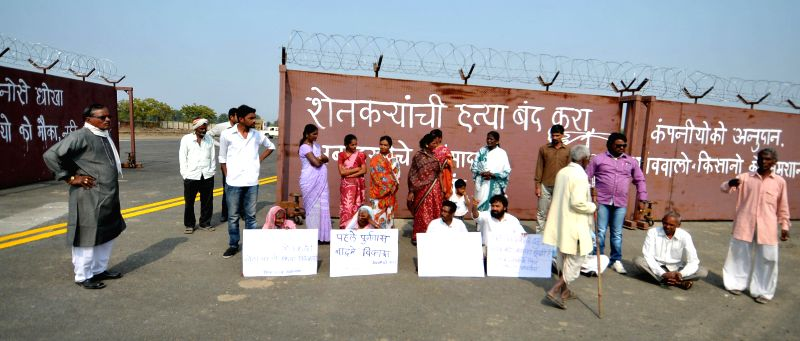 The people affected by Mihan project stage a demonstration to demand rehabilitation and increased compensation in Shivgaon of Maharashtra on Jan 23, 2015.