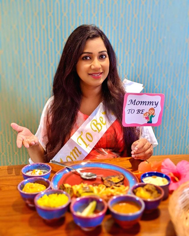 Shreya Ghoshal shares surprise baby shower pictures.(photo:instagram)