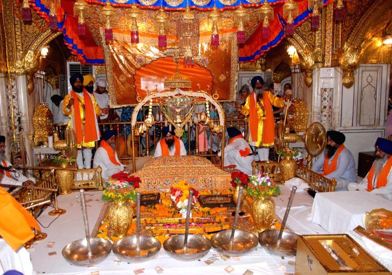 Sikh priests display a 'Jalao' - a splendour show of Sikhism's symbolic items - on 'Gurta Gadhi Diwas' of sixth Sikh Guru, Guru Hargobind at the Golden Temple in Amritsar on June 7, 2018.