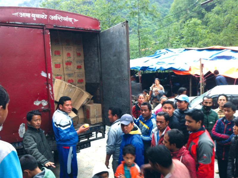 People gather around a truck for reliefs in Sindhupalchowk, Nepal, May 2, 2015. (Xinhua/Sukdev Chamling)
