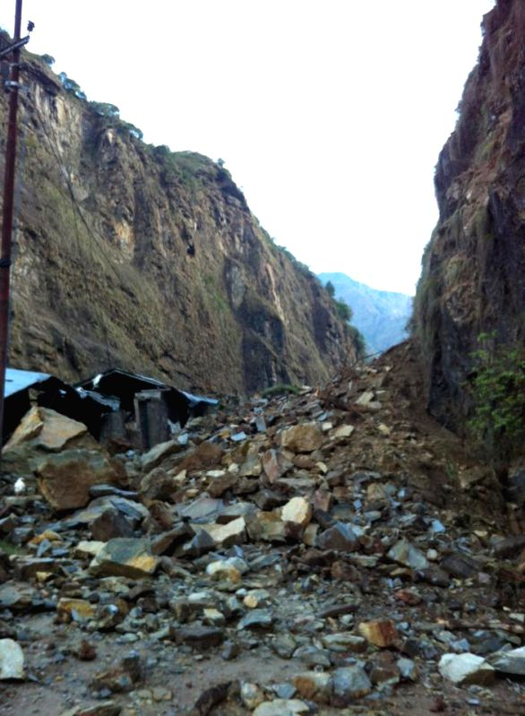 Photo taken on April 29, 2015 shows roads to China border are blocked due to earthquake in Sindhupalchowk, Nepal. (Xinhua/Sukdev Chamling)