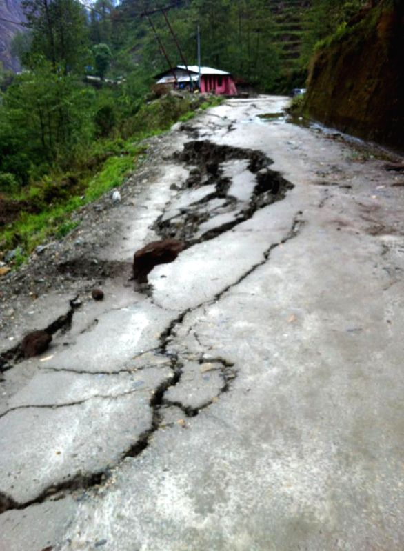 Photo taken on April 29, 2015 shows the cracked road on Aaraniko Highway in Sindhupalchowk, Nepal, April 29, 2015. (Xinhua/Sukdev Chamling)