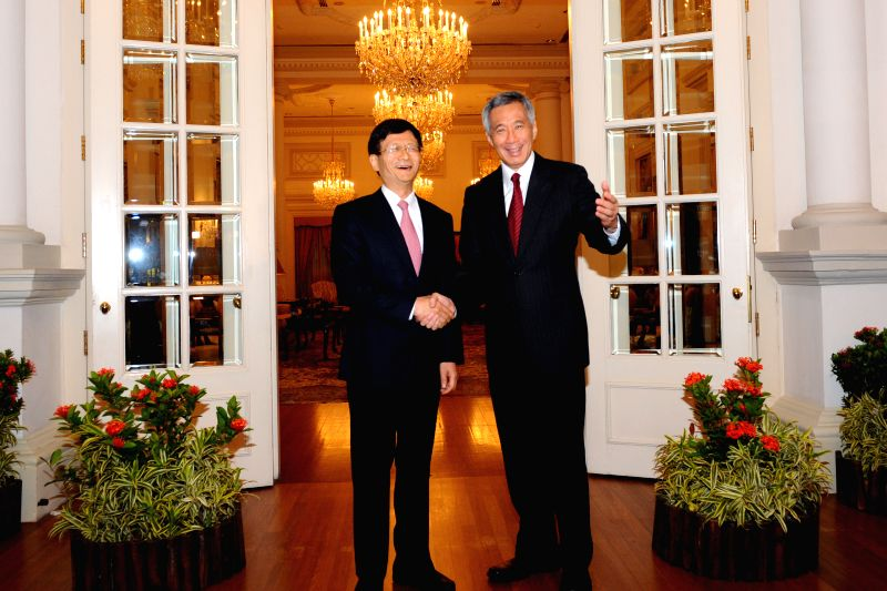 Singaporean Prime Minister Lee Hsien Loong (R) meets with Meng Jianzhu (L), head of the Commission for Political and Legal Affairs of the Communist Party of China - Lee Hsien Loong