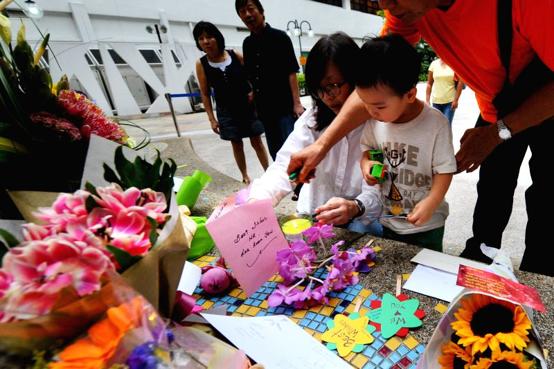 Citizens lay flowers and well-wishing cards at Singapore General Hospital, Singapore, March 20, 2015. Singapore's Prime Minister Office (PMO) on Friday released ... - Office