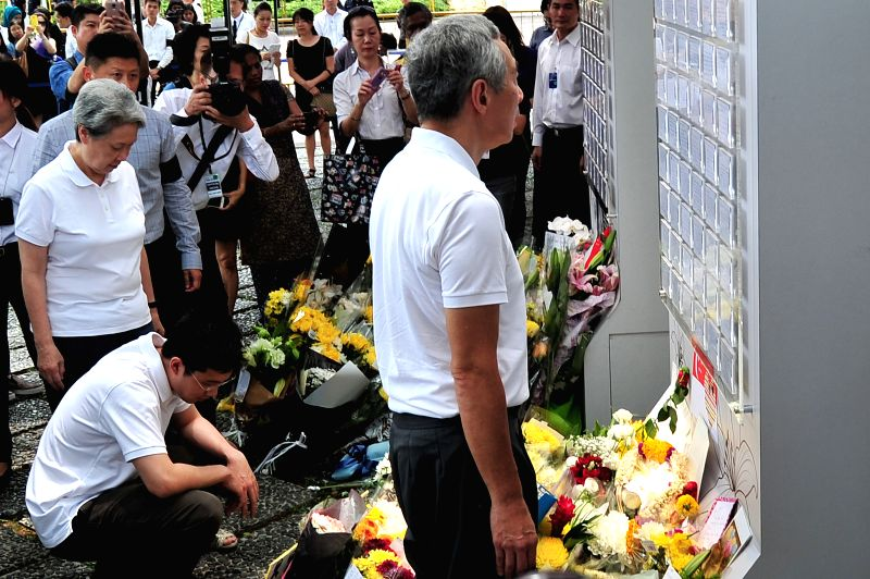 Singapore's Prime Minister Lee Hsien Loong (front) views the messages at the Istana tribute site for Singapore's former prime minister Lee Kuan Yew in Singapore, ...