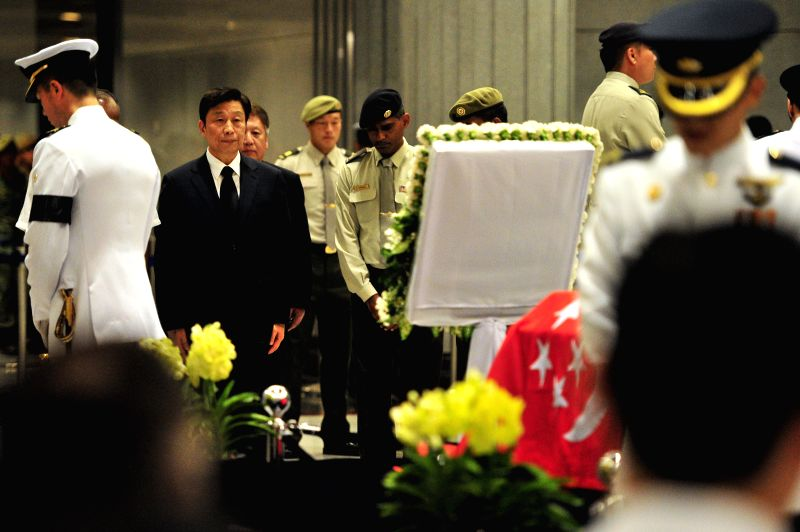 Special Envoy of Chinese President Xi Jinping and Chinese Vice President Li Yuanchao (2nd L) pays respect to former Singaporean Prime Minister Lee Kuan Yew in ...