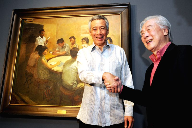 Singapore's Prime Minister Lee Hsien Loong (L) shakes hands with artist Chua Mia Tee during the opening exhibition at National Gallery Singapore, Nov. 23, 2015. ... - Lee Hsien Loong
