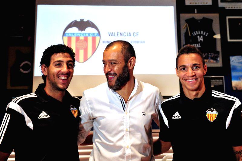 Spanish club Valencia's coach Nuno Espiritu Santo (C), captain Dani Parejo (L) and striker Rodrigo Moreno attend a press conference in Singapore, Sept. 2, 2014. .. - Dani Parejo