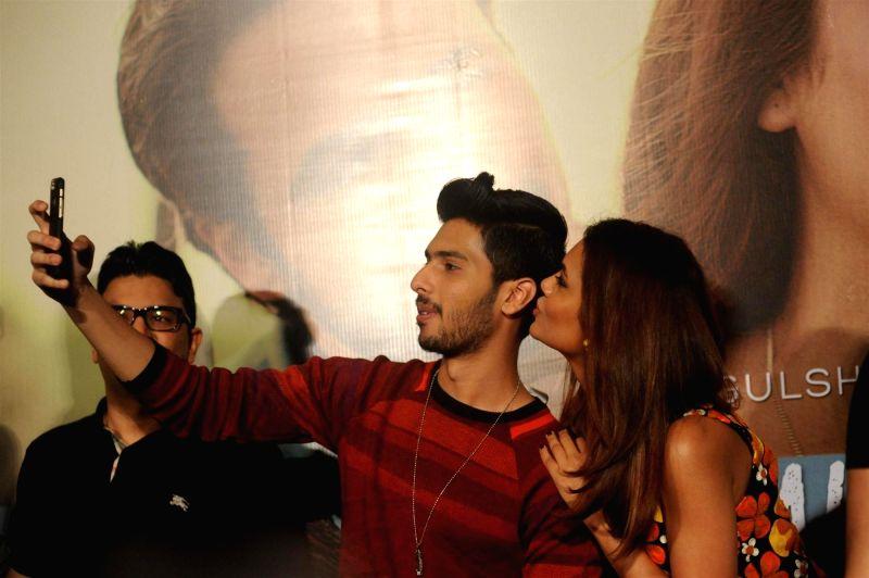 Singer Armaan Malik and actor Esha Gupta during the launch of music video `Main Rahoon Ya Na Rahoon`, produced by T-series in Mumbai on Nov 26, 2015. - Esha Gupta and Malik