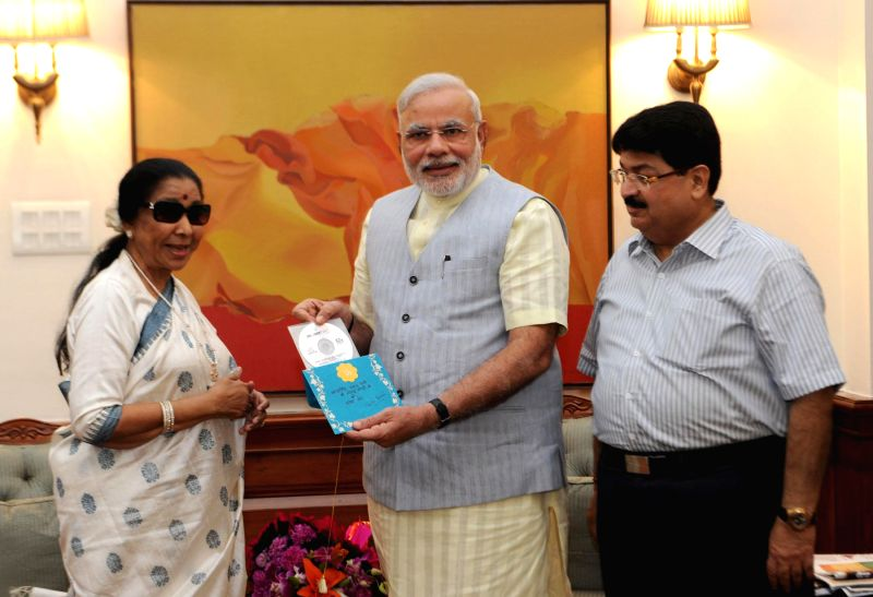 Singer Asha Bhosle calls on Prime Minister Narendra Modi, in New Delhi on August 11, 2014. - Narendra Modi