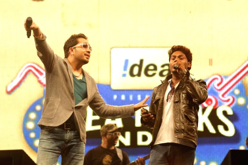Singer Mika Singh performs with Ashish Daniel Singh during a concert in New Delhi on April 20, 2014. - Ashish Daniel Singh