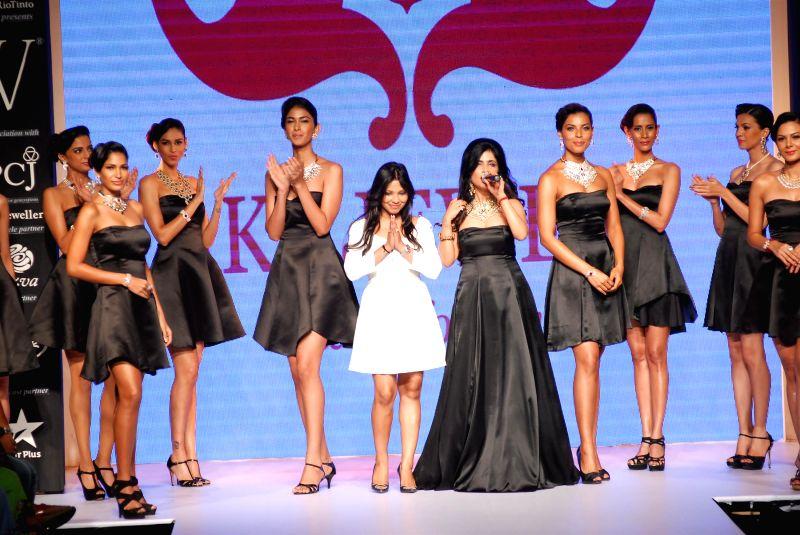 Singer Shibani Kashyap displays the jewellery by designer Alka Kumar during the India International Jewellery Week (IIJW) in Mumbai, on July 15, 2014. - Shibani Kashyap