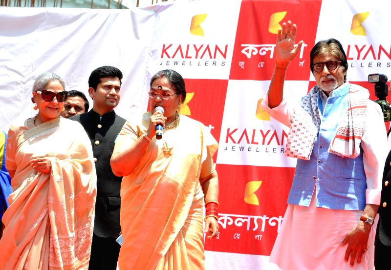 Singer Usha Uthup with actors Amitabh Bachchan and Jaya Bachchan during inauguration of a jewellery store in Kolkata, on May 8, 2016. - Amitabh Bachchan and Jaya Bachchan