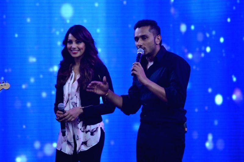 Singer Yo Yo Honey Singh with actor Bipasha Basu on the sets of reality show Indias Raw Star, in Mumbai, on Sep. 01, 2014. - Bipasha Basu and Singh