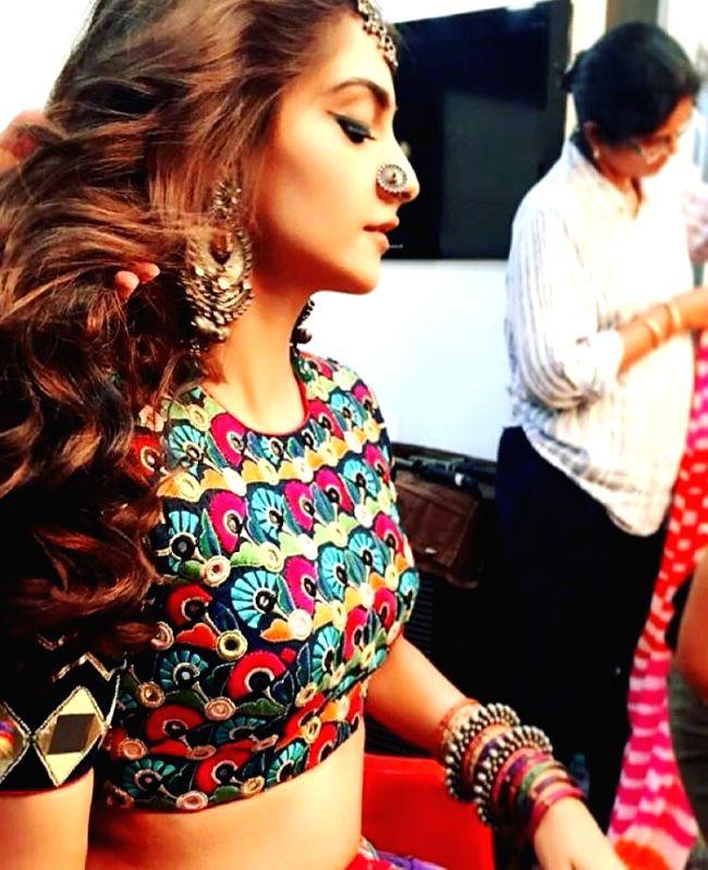 Sonam Kapoor wears designer Mayyur Girotra's outfit in Coldplay video - Sonam Kapoor