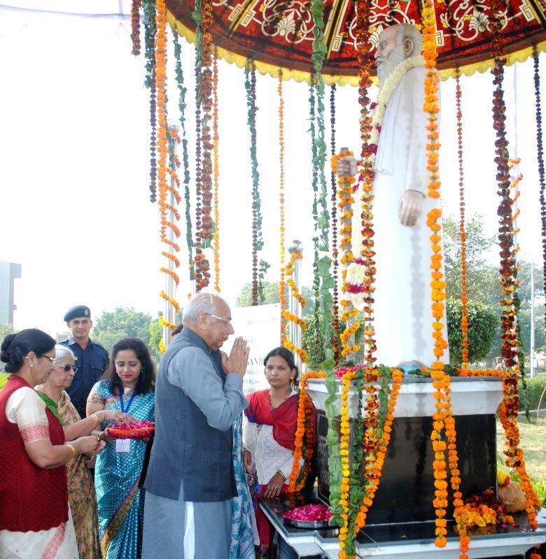 Haryana Governor Kaptan Singh Solanki pays tribute to Bhagat Phool Singh at Bhagat Phool Singh Mahila Vishwavidyalaya in Sonepat, Haryana on Nov 27, 2014. - Kaptan Singh Solanki