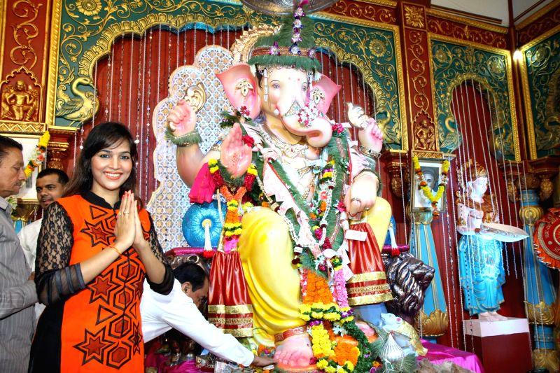 South Indian actor Tanisha Singh offer prayers at Andhericha Raja Ganesh Pandal in Mumbai, on Sep. 01, 2014. - Tanisha Singh