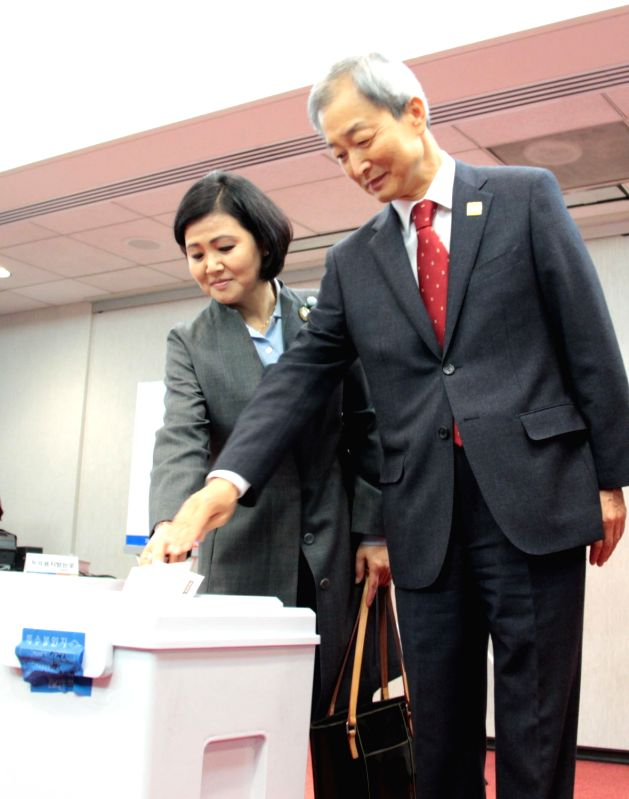 South Korean Ambassador to Washington Ahn Ho-young (R) and his wife cast ballots for their home country's presidential election at a polling booth in Virginia on April 25, 2017, the start ...