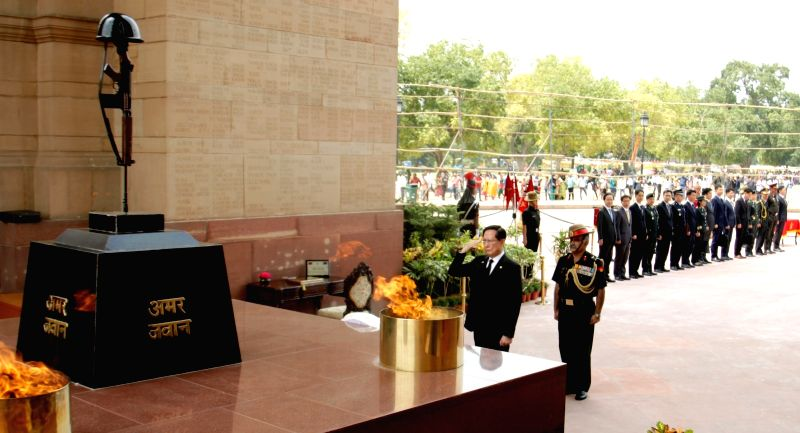 South Korean Defence Minister Song Young-moo pays obeisance to the martyrs at the Amar Jawan Jyoti at India Gate, in New Delhi, on Aug 10, 2018. - Song Young