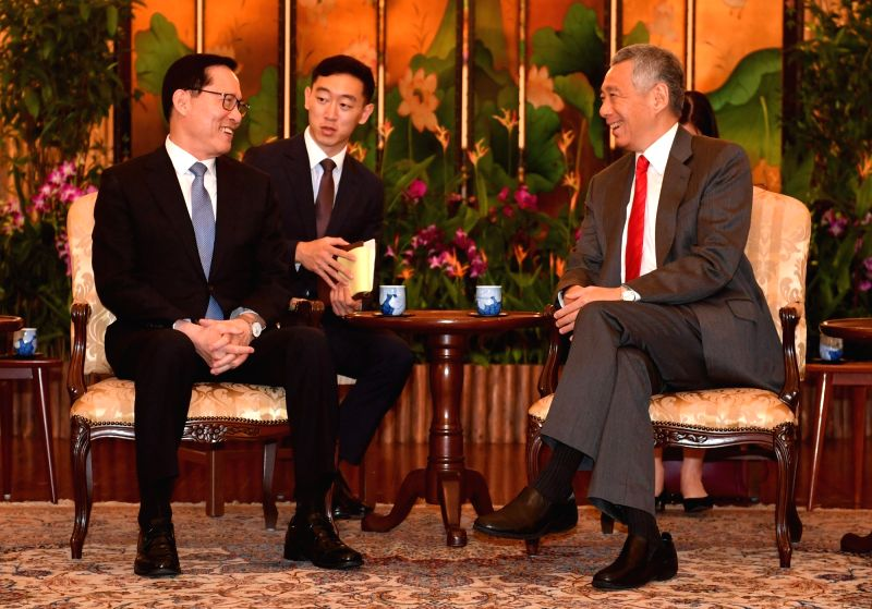 South Korean Defense Minister Song Young-moo (L) holds talks with Singaporean Prime Minister Lee Hsien Loong in Singapore on Jan. 29, 2018, in this photo released by Song's ministry. - Song Young