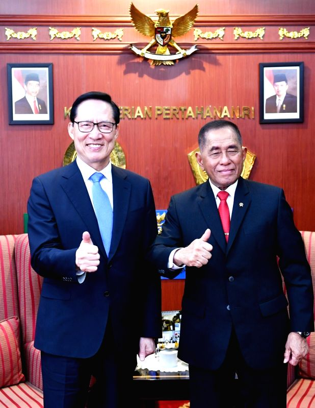 South Korean Defense Minister Song Young-moo (L) and his Indonesian counterpart, Ryamizard Ryacudu, pose for a photo during their meeting in Jakarta on Jan. 31, 2018, in this photo released ... - Song Young