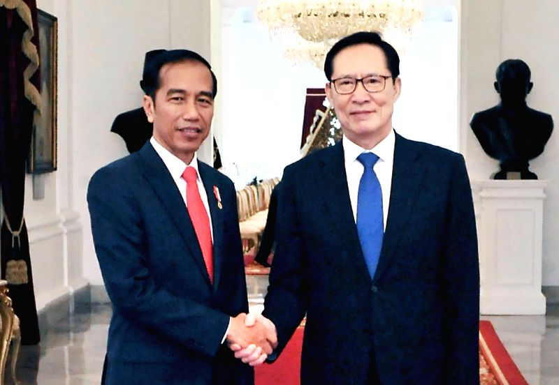 South Korean Defense Minister Song Young-moo (R) and Indonesian President Joko Widodo shake hands during their meeting in Jakarta on Jan. 31, 2018, in this photo released by Song's ministry. - Song Young