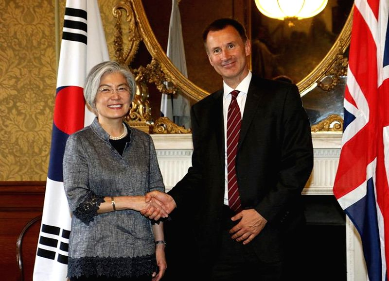 South Korean Foreign Minister Kang Kyung-wha (L) poses for a photo with her new British counterpart, Jeremy Hunt, during the fourth strategic dialogue between the two countries in London on ... - Kang Kyung