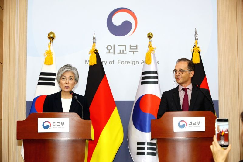 South Korean Foreign Minister Kang Kyung-wha (L) holds a joint press conference with German Foreign Minister Heiko Maas at the government complex in Seoul on July 26, 2018. - Kang Kyung