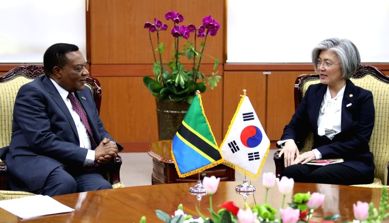 South Korean Foreign Minister Kang Kyung-wha (R) talks with her Tanzanian counterpart Augustine Mahiga during their meeting at her office in Seoul on Jan. 31, 2018. - Kang Kyung