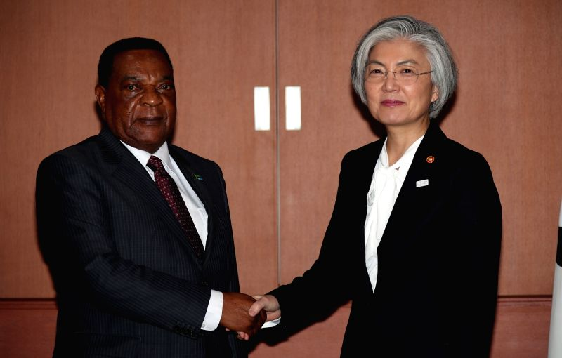 South Korean Foreign Minister Kang Kyung-wha (R) poses for a photo with her Tanzanian counterpart Augustine Mahiga during their meeting at her office in Seoul on Jan. 31, 2018. - Kang Kyung
