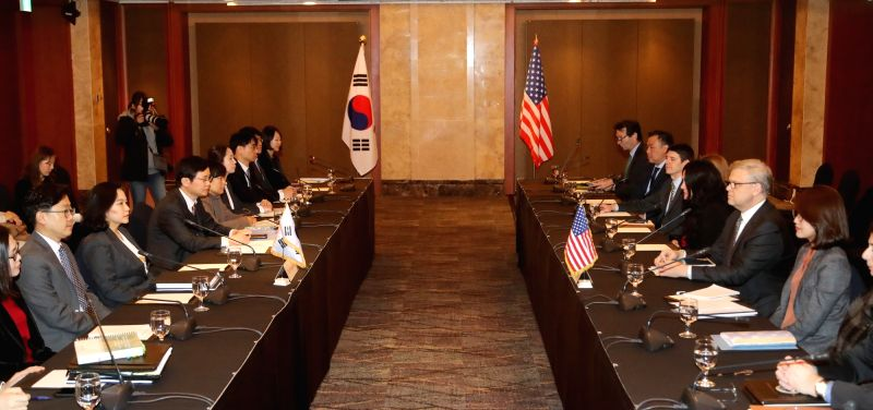 South Korean negotiators (L) hold the second round of talks with U.S. officials on the amendment of a bilateral free trade agreement at Lotte Hotel in Seoul on Jan. 31, 2018.