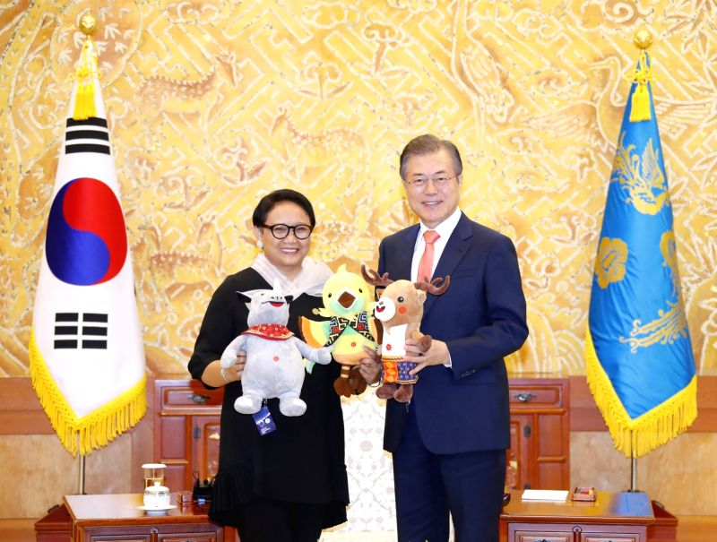 South Korean President Moon Jae-in (R) and Indonesian Foreign Minister Retno Marsudi, a special envoy of Indonesian President Joko Widodo, pose for a photo with the three mascots of this ... - Retno Marsudi