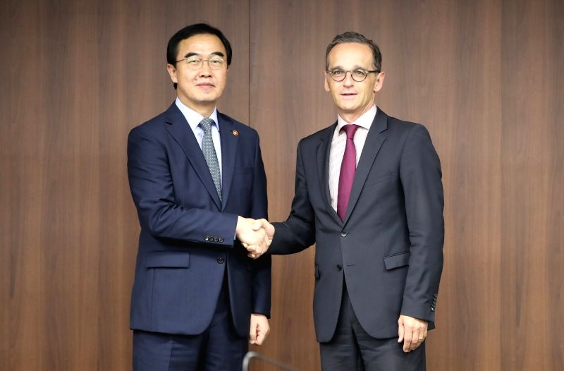 South Korean Unification Minister Cho Myoung-gyon (L) shakes hands with German Foreign Minister Heiko Maas prior to their talks at the government complex in Seoul on July 26, 2018. - Cho Myoung