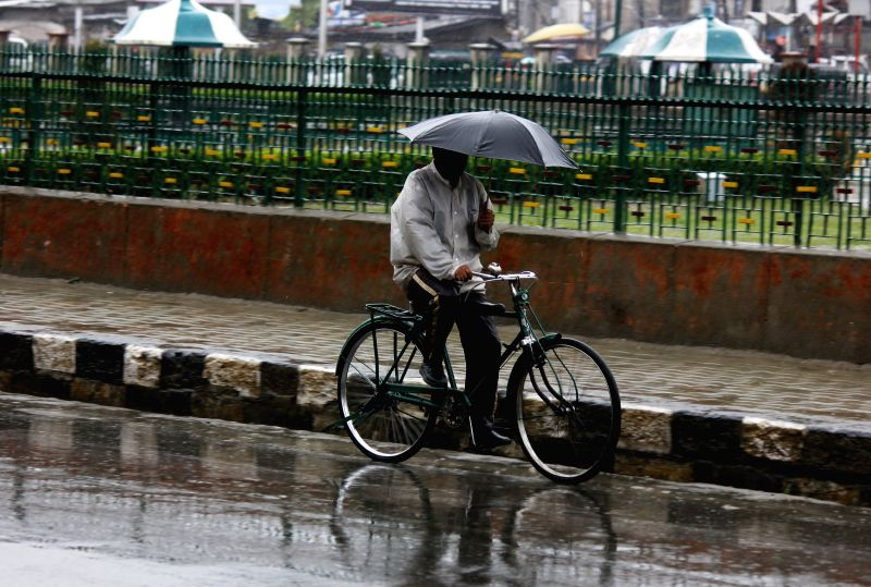 Heavy rains lash Srinagar on April 27, 2015.