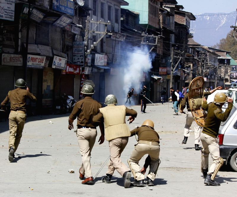 JKLF supporters clash with police after JKLF chairman Mohammad Yasin Malik was detained in Srinagar, on April 10, 2015. - Malik