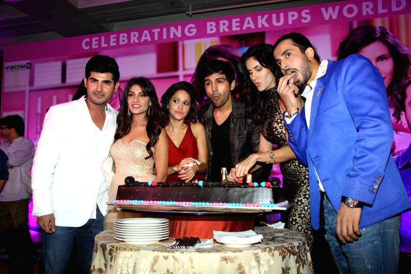 Star cast of the film Pyaar Ka Punchnama 2 Omkar Kapoor, Ishita Sharma, Kartik Aaryan, Nushrat Bharucha, Sonali Sehgal and Sunny Singh during the success party of their in Mumbai, on Oct 28, ... - Omkar Kapoor, Ishita Sharma, Nushrat Bharucha and Singh