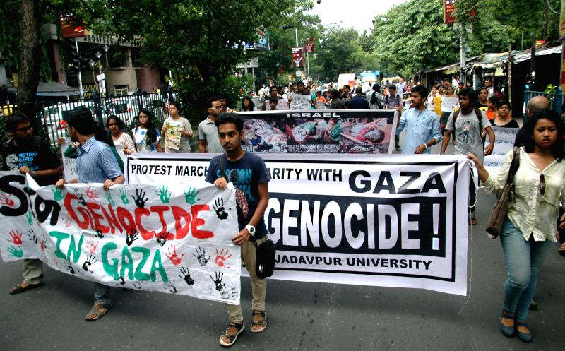 Students of Jadavpur University participate in protest rally against Israeli attacks on Gaza in Kolkata on Aug 5, 2014.