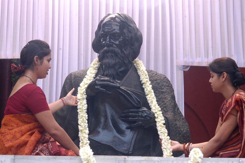 Students pay tribute to Rabindranath Tagore during convocation of Rabindra Bharati University in Kolkata on  May 8, 2014.