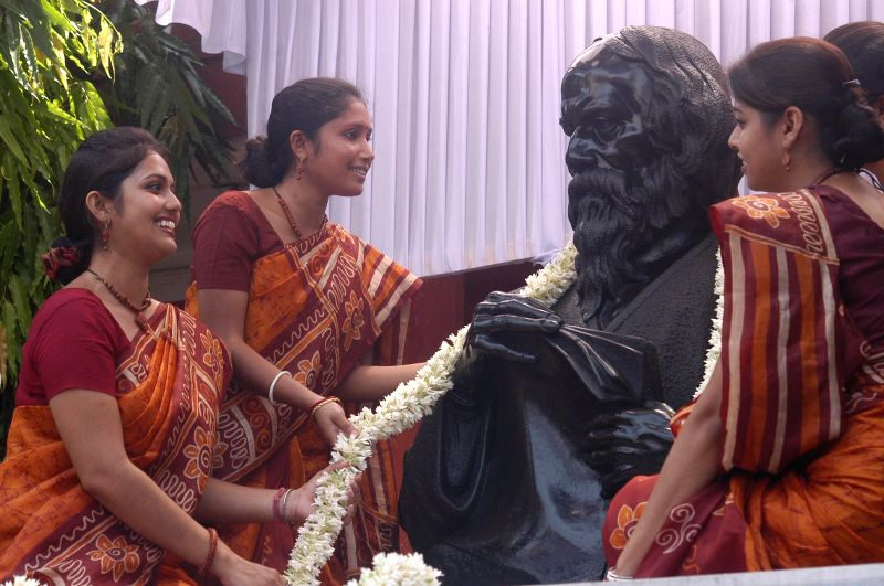 Students pay tribute to Rabindranath Tagore during convocation of Rabindra Bharati University in Kolkata on  May 8, 2014.