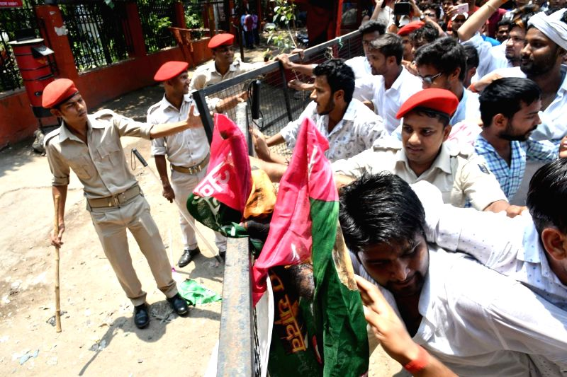 Students stage a demonstration alleging discrepancies in Joint Entrance Examination (JEE) results thaty were declared by Bihar School Examination Board, in Patna on June 9, 2018.