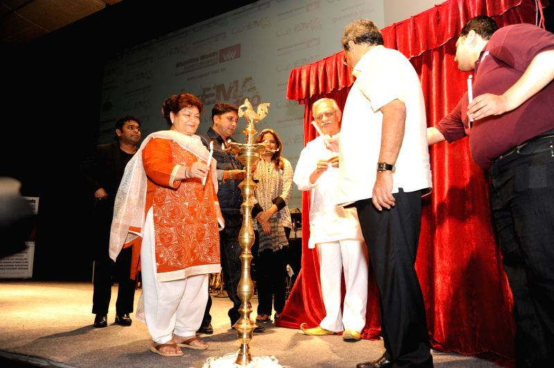 Sukhwinder Singh, Gulzar Saab, A.R.Rahman and Saroj Khan celebrate 100 years of Cinema at Whistling Woods International. - Sukhwinder Singh and Saroj Khan