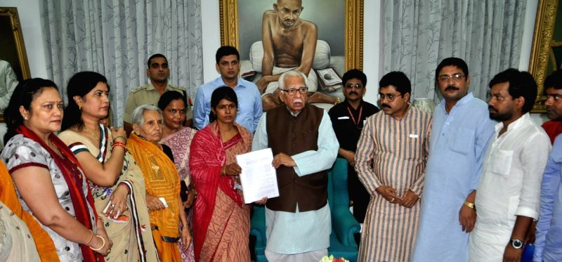 Suspended BJP leader Dayashankar Singh's wife Swati Singh meets Uttar Pradesh Governor Ram Naik in Lucknow on July 24, 2016. - Dayashankar Singh and Swati Singh