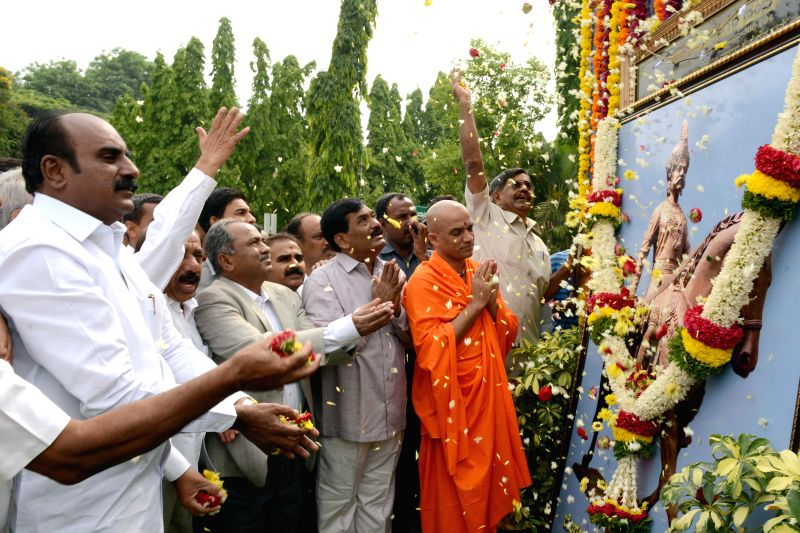 Swami Nirmalananda offers floral tribute to Nada Prabhu Kempegowda during 'Kempegowda Jayantotsava' organized by Karnataka Vokkaliga Association at Kuvempu Kalakshetra in Bangalore on April 27, 2014.