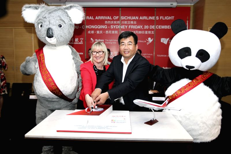 Li Haiying (R), president of China's Sichuan Airlines, and Kerrie Mather, CEO of Sydney Airport, cut the cake during a ceremony at the Sydney Airport, ...