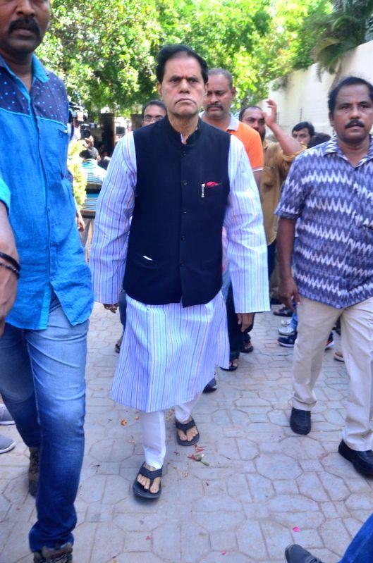 T Subbirami reddy pays last respect to Dasari Narayana Rao at his residence. - Dasari Narayana Rao