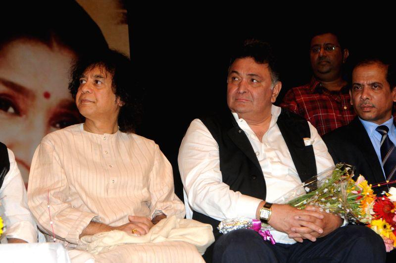 Tabla player Ustad Zakir Hussain with Bollywood actor Rishi Kapoor during the 25th Master Dinanath Mangeshkar Puraskar in Mumbai on April 24, 2014. - Rishi Kapoor
