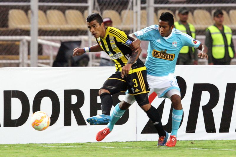 Deportivo Tachira's Carlos Lujano (L) vies for the ball with Sporting Cristal's Josue Estrada Aguilar during the Group 8 match of the Libertadores Cup, held at ...
